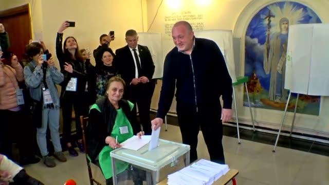 vídeos y material grabado en eventos de stock de georgian president giorgi margvelashvili casts his ballot in the presidential elections at a polling station in tbilisi, georgia on october 28, 2018. - georgia