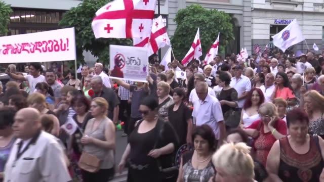 "vídeos y material grabado en eventos de stock de georgian protesters take part in the ""no to russian fascism"" rally organized by european georgia party in tbilisi, georgia on july 23, 2017. an... - georgia"
