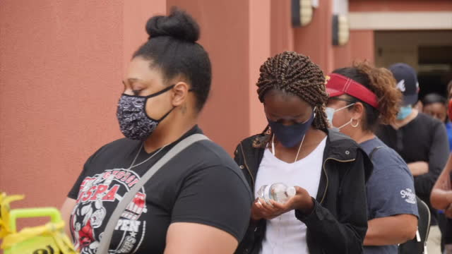 georgia's black voters fired up amid claims of intimidation and suppression shows: black voters campaigning on the streets, queues waiting to vote,... - georgia bildbanksvideor och videomaterial från bakom kulisserna