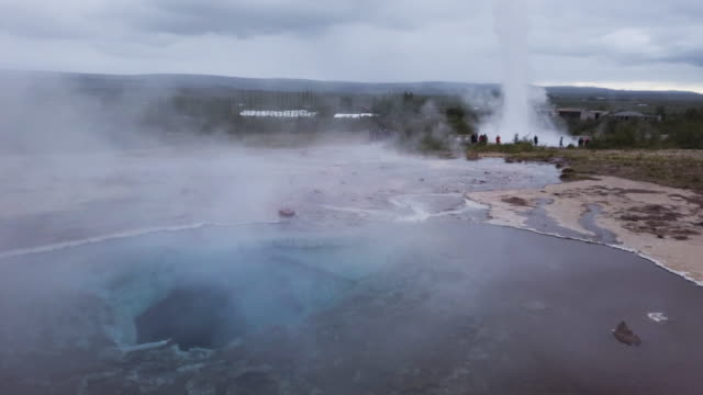 vídeos y material grabado en eventos de stock de zona geotérmica en islandia - géiser