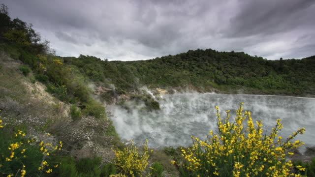 vidéos et rushes de lac géothermique de nouvelle-zélande - vallée