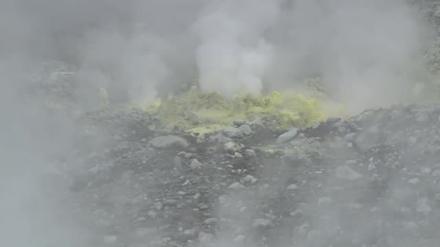 vídeos de stock e filmes b-roll de geothermal steam rising from white island active cone volcano in sea off whakatane bay of plenty new zealand - vista geral