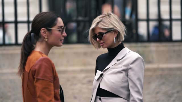 vídeos de stock, filmes e b-roll de geraldine boublil and xenia adonts are seen outside altuzarra during paris fashion week womenswear fall/winter 2019/2020 on march 02 2019 in paris... - xenia van der woodsen