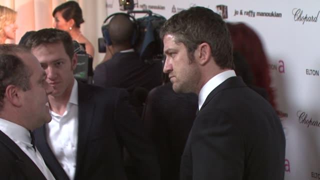 gerard butler at the 17th annual elton john aids foundation academy award viewing party par at los angeles ca. - 2009 bildbanksvideor och videomaterial från bakom kulisserna