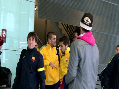 gerard pique in the airport of barcelona shakira gives birth in barcelona on january 24, 2013 in barcelona, spain - ピケ点の映像素材/bロール
