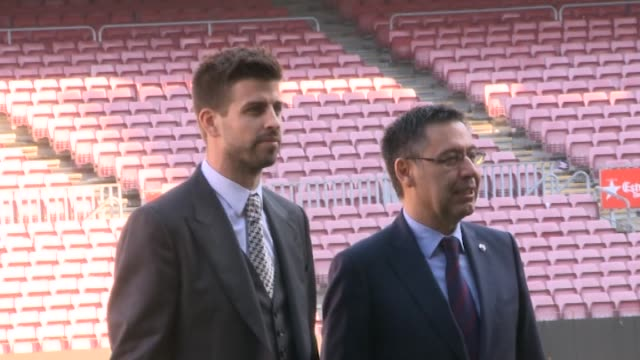 gerard pique signs a new contract with f.c. barcelona - ピケ点の映像素材/bロール