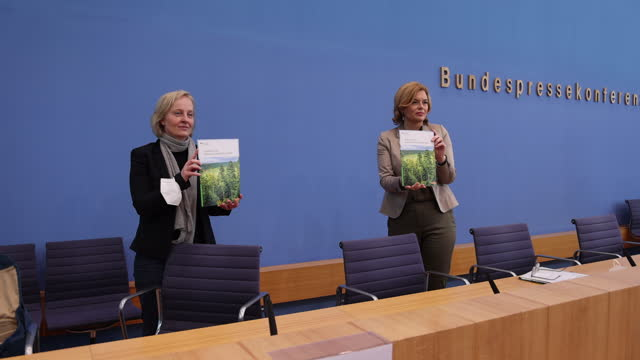 german agriculture minister julia kloeckner and dr. nicole wellbrock, head of soil protection and forest health, at thuenen institute, federal... - landwirtschaftsminister stock-videos und b-roll-filmmaterial