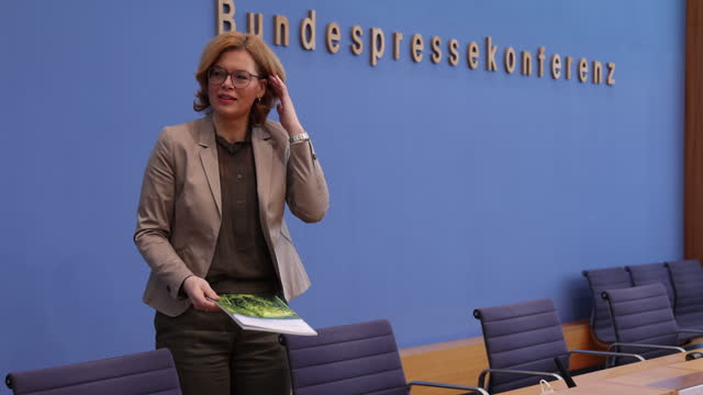 german agriculture minister julia kloeckner arrives to speak to the media to present the annual forestry report on february 24, 2021 in berlin,... - landwirtschaftsminister stock-videos und b-roll-filmmaterial