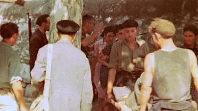 vidéos et rushes de german army casualties wearing bandages and splints sitting on ground smoking and french resistance fighters carrying casualties on stretchers and... - blessure physique