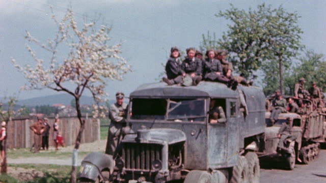 vidéos et rushes de german army soldiers some female coming in to surrender in halftracks armored personnel carriers motorcycles and staff cars - véhicule militaire terrestre