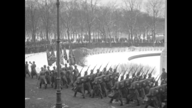 german army troops marching with precision / president paul von hindenburg on steps with staff officers and various dignitaries / troops marching... - 将校点の映像素材/bロール