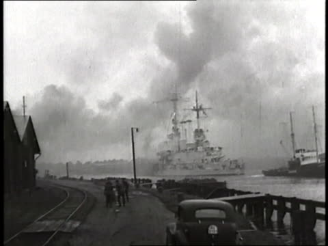 vídeos de stock, filmes e b-roll de a german battleship fires cannons at the shore during the invasion of poland - polônia