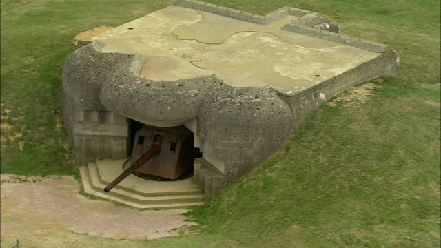 zo, aerial, german bunkers, pointe du hoc, normandy, france - 防空壕点の映像素材/bロール