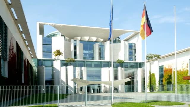 stockvideo's en b-roll-footage met german chancellery (bundeskanzleramt) in berlin (4k/uhd to hd) - alle vlaggen van europa