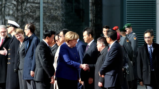 german chancellor angela merkel and laotian prime minister thongloun sisoulith meets each other's delegations upon upon sisoulith's arrival at the... - アンゲラ・メルケル点の映像素材/bロール
