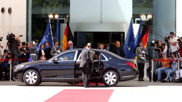 vídeos y material grabado en eventos de stock de german chancellor angela merkel and new ukrainian president volodymyr zelensky chat upon zelensky's arrival at the chancellery on a hot day on june... - visita de estado