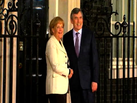 german chancellor angela merkel arrives at 10 downing street and is greeted by british prime minister gordon brown on eve of g20 summit 2 april 2009 - politiker stock-videos und b-roll-filmmaterial