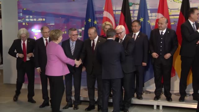 german chancellor angela merkel, center, and the prime minister of turkey ahmet davutoglu, center left, pose with ministers for a group photo during... - トルコ首相点の映像素材/bロール
