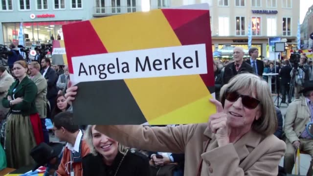 vídeos de stock, filmes e b-roll de german chancellor angela merkel faces down jeering protesters as she embarks on a final push for votes ahead of sunday's election seeking to beat... - alta baviera