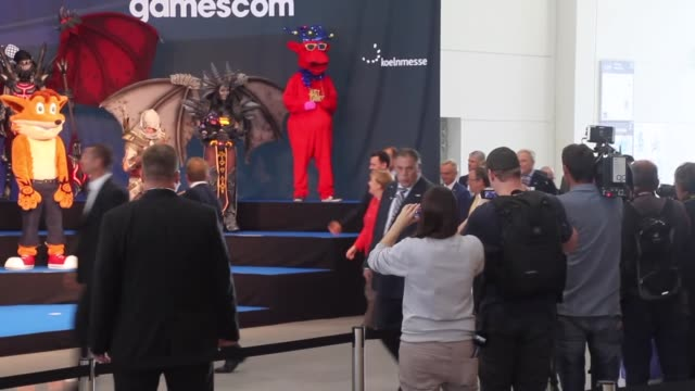 german chancellor angela merkel meets with a group of cosplayers at gamescom 2017 video games trade fair in cologne germany on august 22 2017 the... - handelsmesse stock-videos und b-roll-filmmaterial