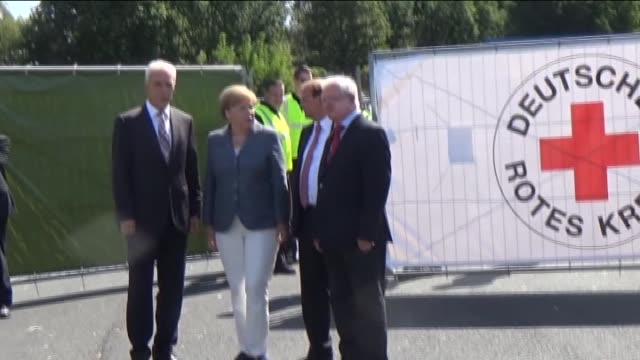 vídeos y material grabado en eventos de stock de german chancellor angela merkel, saxony governor stanislaw tillich and german red cross president rudolf seiters visit an asylum shelter in heidenau,... - 2015
