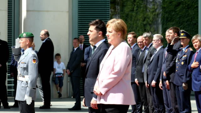 german chancellor angela merkel shakes and seems to struggle to maintain her balance while listening to the german national anthem as she stands on a... - アンゲラ・メルケル点の映像素材/bロール