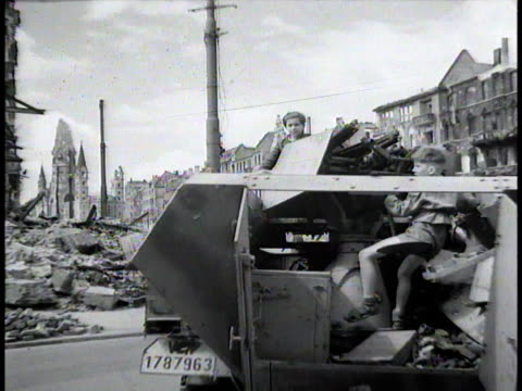 vídeos de stock, filmes e b-roll de german children playing in wrecked tank destroyer swinging on the turret / berlin germany - 1945