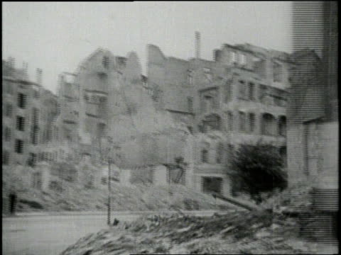 vidéos et rushes de german citizens help rebuild berlin amidst rubble and smoke - 1945