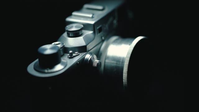 stockvideo's en b-roll-footage met duitse klassieke vintage camera, zwarte achtergrond, - analog
