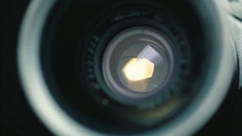 stockvideo's en b-roll-footage met duitse klassieke vintage camera, zwarte achtergrond, - lens oogbol