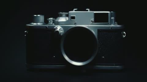 stockvideo's en b-roll-footage met duitse klassieke vintage camera, zwarte achtergrond, - fotografische thema's