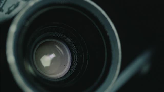 古典的なドイツのビンテージ カメラ、黒背景 - 写真点の映像素材/bロール