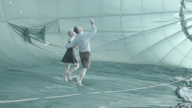 Deutsches Ehepaar erforscht im Inneren teilweise aufgeblasenen Ballon