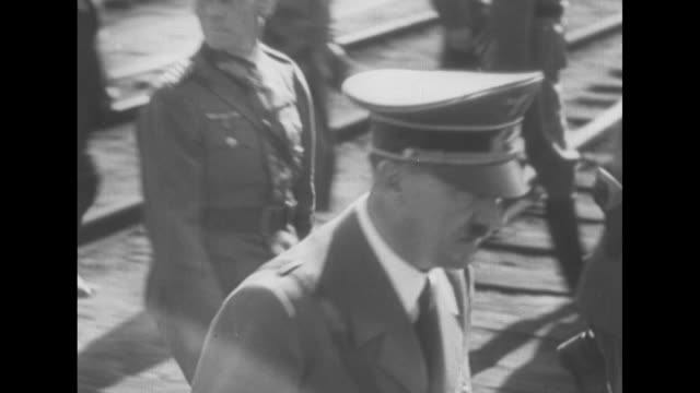 stockvideo's en b-roll-footage met ms german dictator adolf hitler is greeted with nazi salutes by german officers as he disembarks from train / ms hitler walks with his henchmen gives... - heinrich himmler