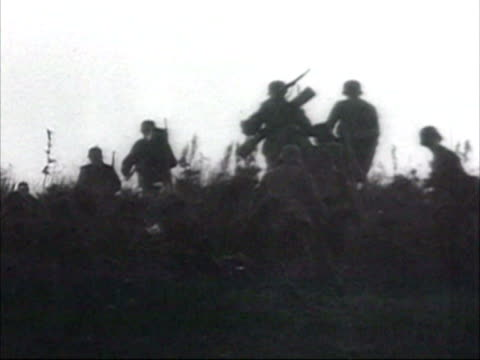vidéos et rushes de german divisions cross the border and invade russia, nazi soldiers on battlefields, soldier smoking before attack, nazi planes waiting to take off on... - aérodrome