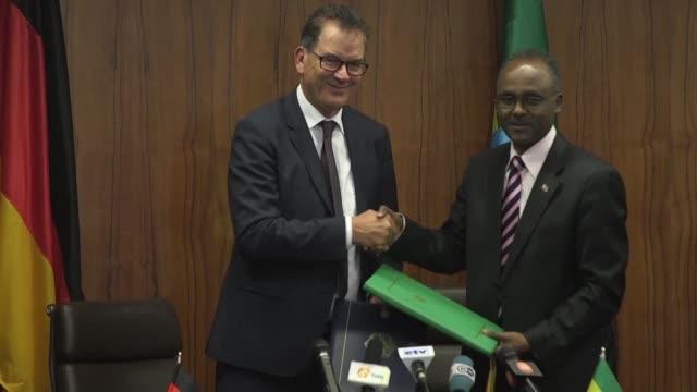 stockvideo's en b-roll-footage met german federal minister of economic cooperation and development gerd muller visits ethiopia - hoorn van afrika