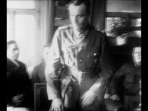 vídeos de stock, filmes e b-roll de german field marshal friedrich paulus enters red army headquarters in stalingrad sits down / montage surrendered german troops walk in line in snow /... - wehrmacht