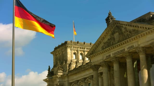 german flag, banner at berlin reichstag building - demokratie stock-videos und b-roll-filmmaterial