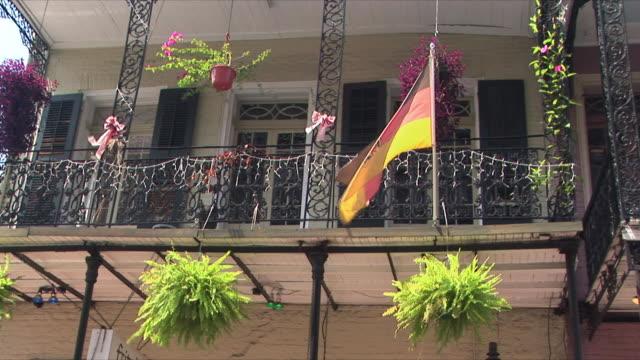 vídeos y material grabado en eventos de stock de ms la german flag on house balcony, french quarter, new orleans, louisiana, usa - bandera