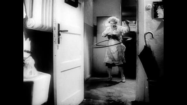 / german housewife tries her hula hoop in the kitchen housewife uses hula hoops in kitchen on october 30 1958 in germany - hausfrau stock-videos und b-roll-filmmaterial