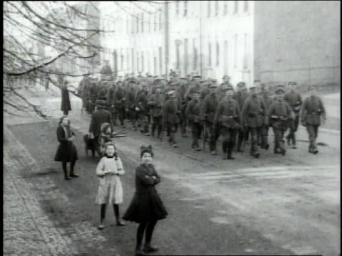 vídeos y material grabado en eventos de stock de german infantry marching out of town with a few people on street watching / luxembourg - infantería