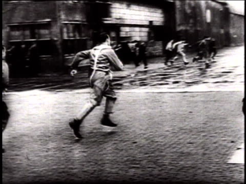 vídeos de stock, filmes e b-roll de german luftwaffe fighter pilots running out of building and towards planes as sirens sound in warning / germany - wehrmacht