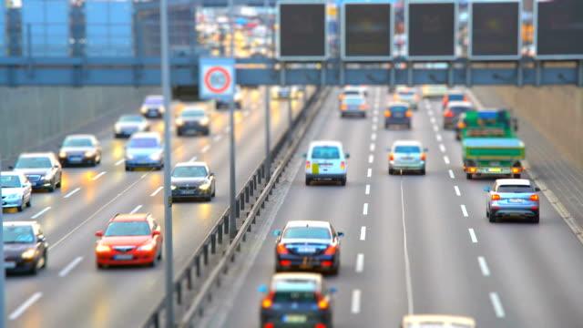vidéos et rushes de horizon d'autoroute allemand berlin avec effet de décalage d'inclinaison - phare de véhicule