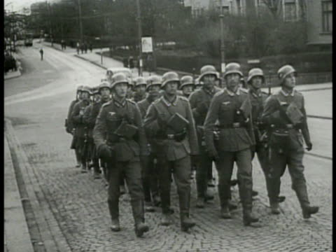 vídeos de stock e filmes b-roll de german nazi infantry platoon soldiers walking on cobblestone street norwegian male standing behind two german nazi soldiers machine gun on tripod at... - infantaria