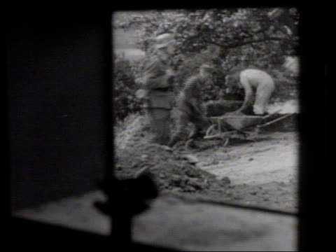 vidéos et rushes de fortification german nazi officer in coastline fortification looking through large mounted binoculars la german soldier walking by workers digging... - creuser