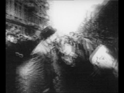 vidéos et rushes de german prisoners are marched through streets of posen as civilians watch / man runs up to line of prisoners begins to hit some of them at random... - armée de terre