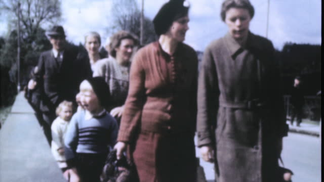 german refugees walking down street / nuremberg, bavaria, germany - baviera video stock e b–roll