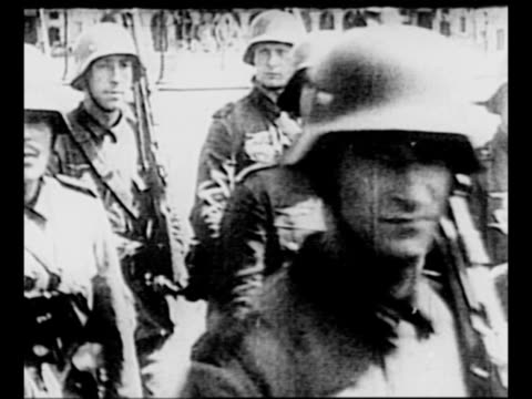 vidéos et rushes de cu german soldiers as they approach pass while marching in paris street during world war ii / montage soldiers cavalry march through paris streets as... - wehrmacht