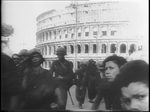 vídeos de stock, filmes e b-roll de german soldiers march from the colosseum as a crowd looks on / a tank rolls by / nazis leave by bicycle, horse and buggy, and on foot / outside rome,... - forças aliadas