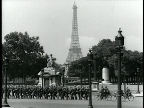 stockvideo's en b-roll-footage met german soldiers march through paris during world war ii. - nazism